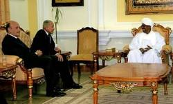 Egyptian Foreign Minister Ahmed Abul Geit (C) speaks with Sudan's president Omar al-Beshir during a meeting in Khartoum on February 14, 2009 (AFP)