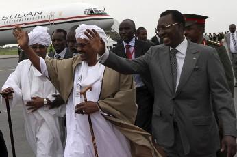 الرئيس السوداني عمر البشير و نظيره التشادي ادريس دبي لدى وصول البشير في مطار العاصمة التشادية انجمينا (وكالة رويترز)