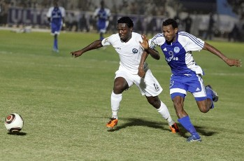 Bakri Abdelgadir-Babeker (R) of Sudan's Hilal battles for the ball with Emmanuel Anyanwu of Nigeria's Enyimba during their African Champions League (CAF) soccer match in Khartoum September 9, 2011 (Reuters)