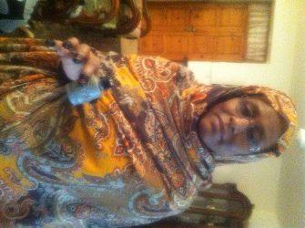 سلمى حسن الترابي تحمل قنلة مسيلة للدموع القتها الشرطة السودانية  على المعزين في وفاة خليل ابراهيم