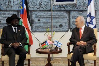رئيس جنوب السودان سلفاكير ميارديت لدى لقاءه نظيره الاسرائيلي شيمون بيريز في القدس يوم الثلاثاء