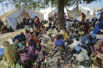 FILE - Residents who fled fighting in South Kordofan gather outside UN offices in the state. (AP PHOTOS)