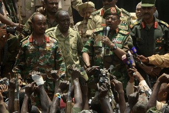 Sudanese President Omar al-Bashir addresses military soldiers in Heglig April 23, 2012 (REUTERS)