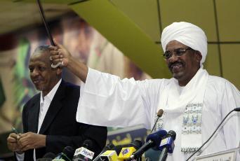 FILE - Sudan's President Omar Hassan al-Bashir (R) with his advisor Nafie Ali Nafie in Khartoum on Nov. 24, 2011 (REUTERSMohamed Nureldin Abdallah)