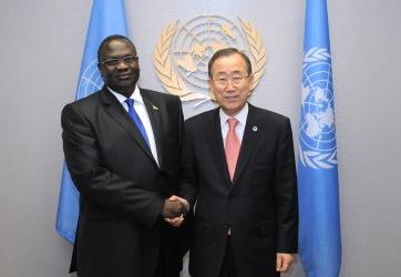 Secretary-General Ban Ki-moon (right) meets with Riek Machar Teny-Dhurgon, Vice-President of the Republic of South Sudan.27 September 2012 (UN photo)