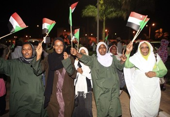 Supporters gather outside the military headquarters in Khartoum May 27, 2013 after the army announced that it had seized back the town of Abu Kershola from SRF rebels (Reuters)