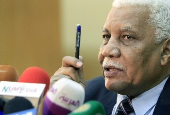 Sudanese Information Minister Ahmed al-Balal Osman speaks during a press conference in the Sudanese capital Khartoum on June 9, 2013. ( Photo AFP/ASHRAF SHAZLY)