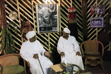 The leader of Sudan's National Umma Party (NUP) and the former prime minister, Al-Sadiq Al Mahdi (R), meet at his house in Omdurman on 27 August 2013 (Photo: Reuters/Mohamed Nureldin Abdallah)