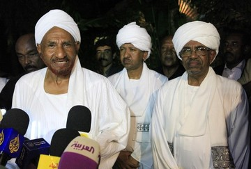 Opposition Umma Party leader and former Prime Minister Al-Sadiq Al Mahdi speaks during joint news conference with Sudan's President Omar al-Bashir (R) after their meeting at Mahadi's house in Omdurman August 27, 2013 (REUTERS/Mohamed Nureldin Abdallah)
