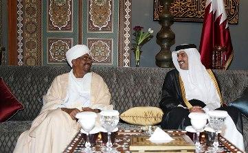 Sudanese president Omer Hassan al-Bashir (L) and the Emir of Qatar Sheikh Tamim bin Hamad al-Thani in Doha on 8 July 2014 (QNA)
