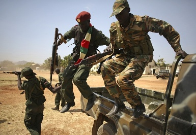 Soldiers from the South Sudanese army (SPLA) jump off the back of a truck while on patrol in the capital, Juba, following the December 2013 outbreak of violence (Photo: Reuters)