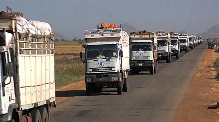 Part of an 18-truck WFP convoy crossing into South Sudan from Sudan, carrying 700 metric tons of food, in Nov 2014 (WFP video screen capture)