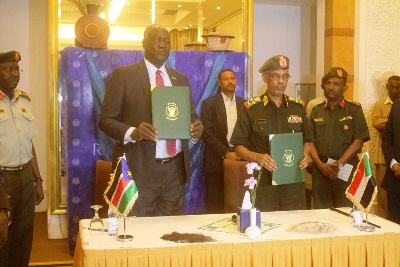 South Sudan's defense minister, Gen. Kuol Manyang (L) and his Sudanese counterpart, Lt Gen Awad Mohamed Ibin Aouf during the meeting in Khartoum, October 31, 2017 (SUNA).
