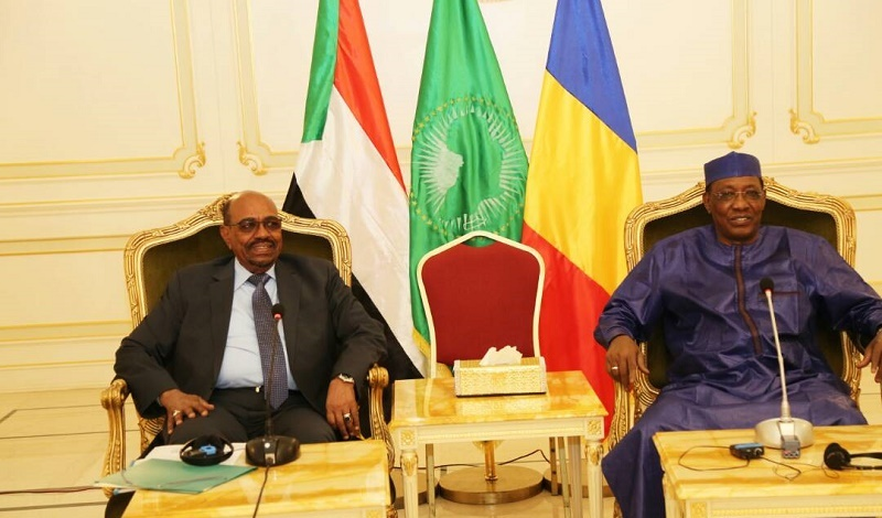Chadian President Idris Deby receives Sudanese counterpart Omer al-Bashir in Ndjamena on 1 December 2017 (Suna Photo)
