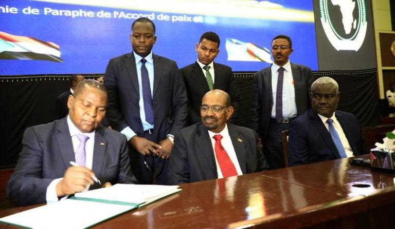 CAR President Faustin-Archange Touadéra signs peace agreement in Khartoum on 5 Feb 2019 (Photo SUNA)