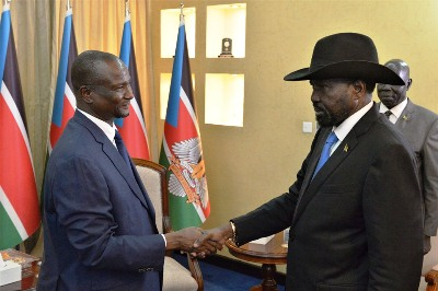 South Sudanese First Vice-President, Taban Deng Gai (L) briefs President Salva Kiir on August 15, 2019 (PPU)